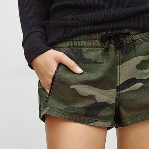 Tna Aritza Camo Zipper Shorts